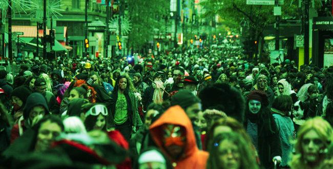 L'annuelle Marche des Zombies de Montréal sur la rue Sainte-Catherine hier. Photo: Steve Carufel