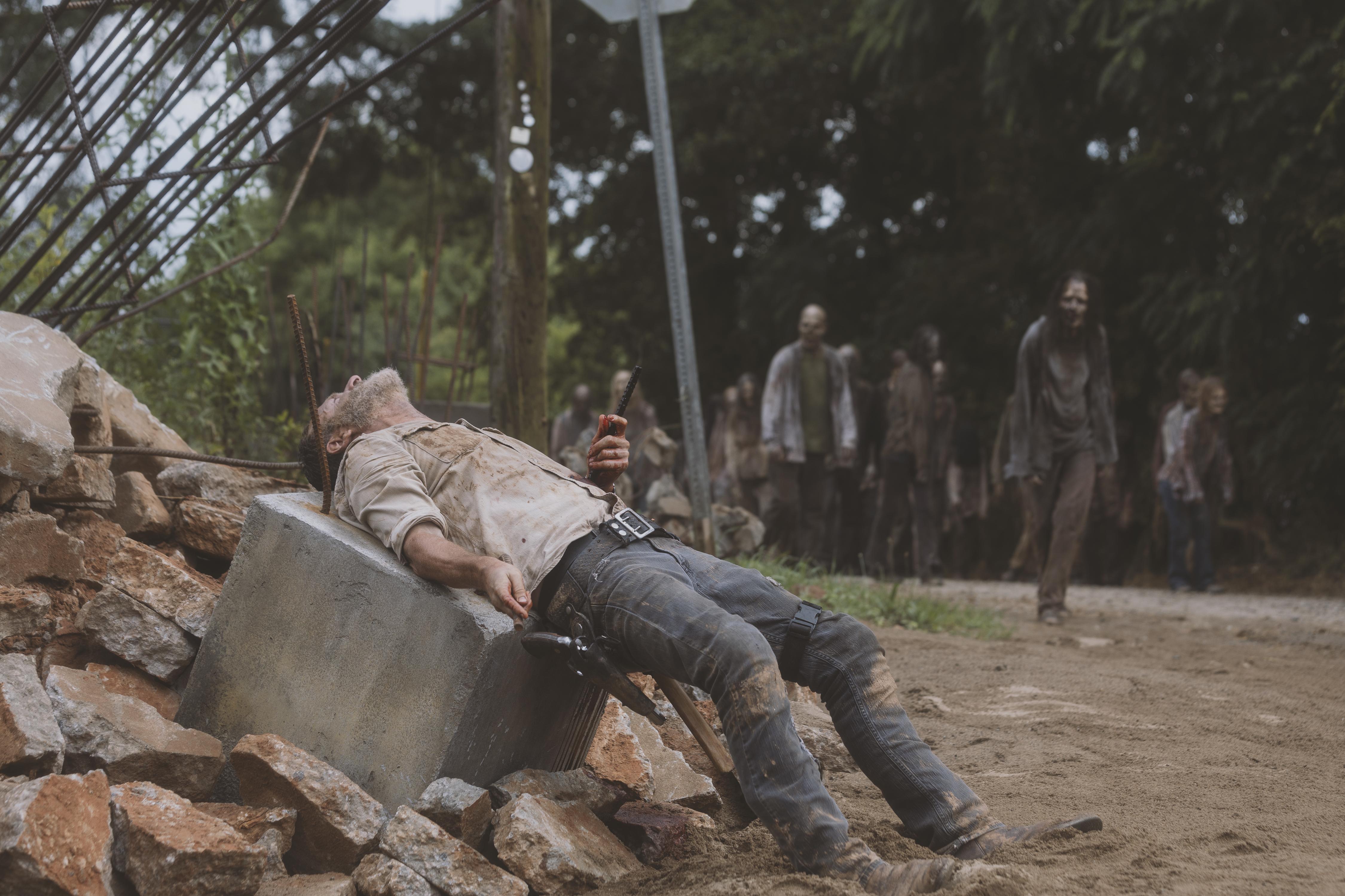 Rick Grimes (Andrew Lincoln) est victime d'un bête accident d'équitation au pire moment... - The Walking Dead - Saison 9, Épisode 5 - Crédit photo : Jackson Lee Davis/AMC