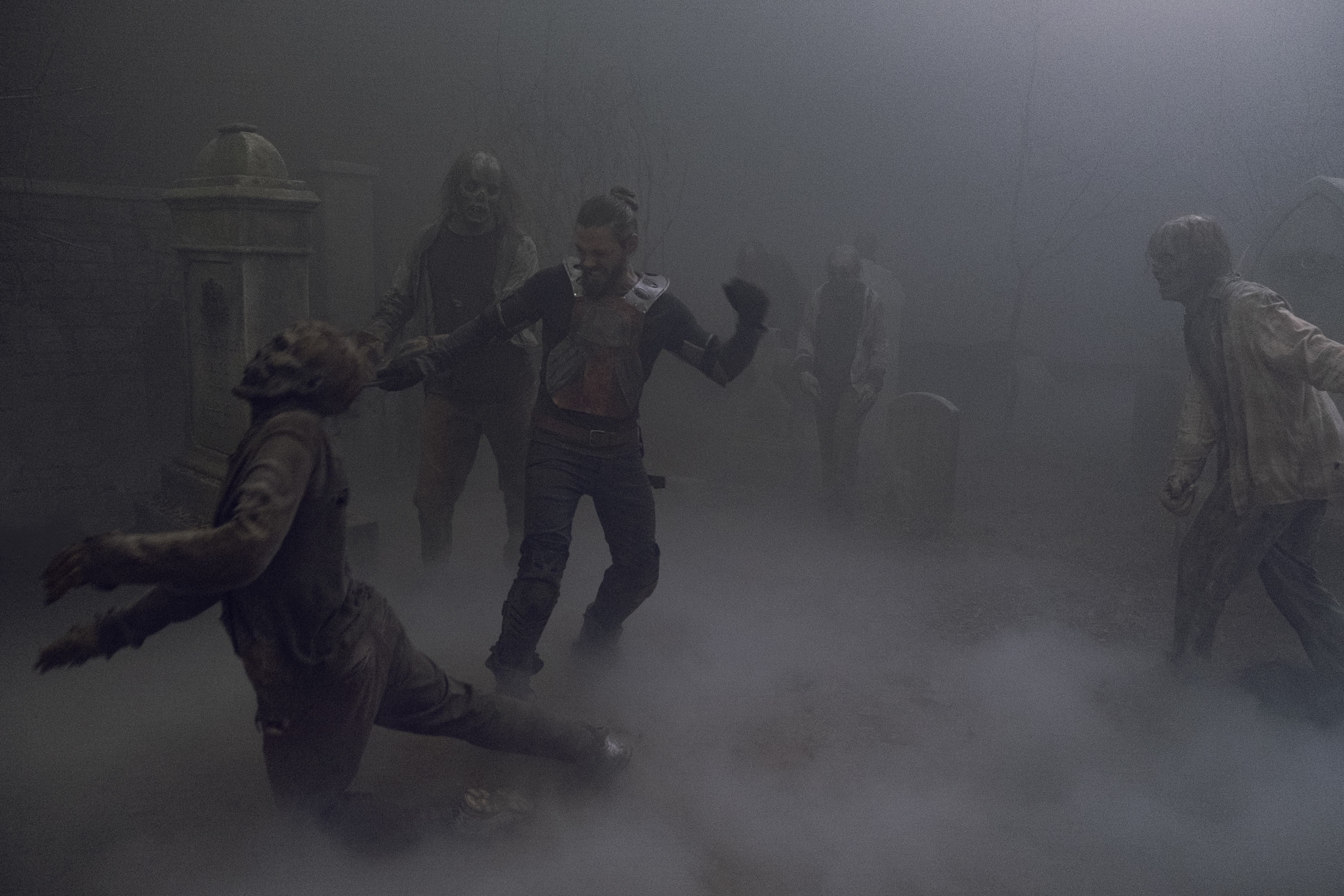 Paul 'Jesus' Rovia ( - Tom Payne) se montre redoutable face à la horde de marcheurs - The Walking Dead - Saison 9, Épisode 8 - Crédit photo : Gene Page/AMC