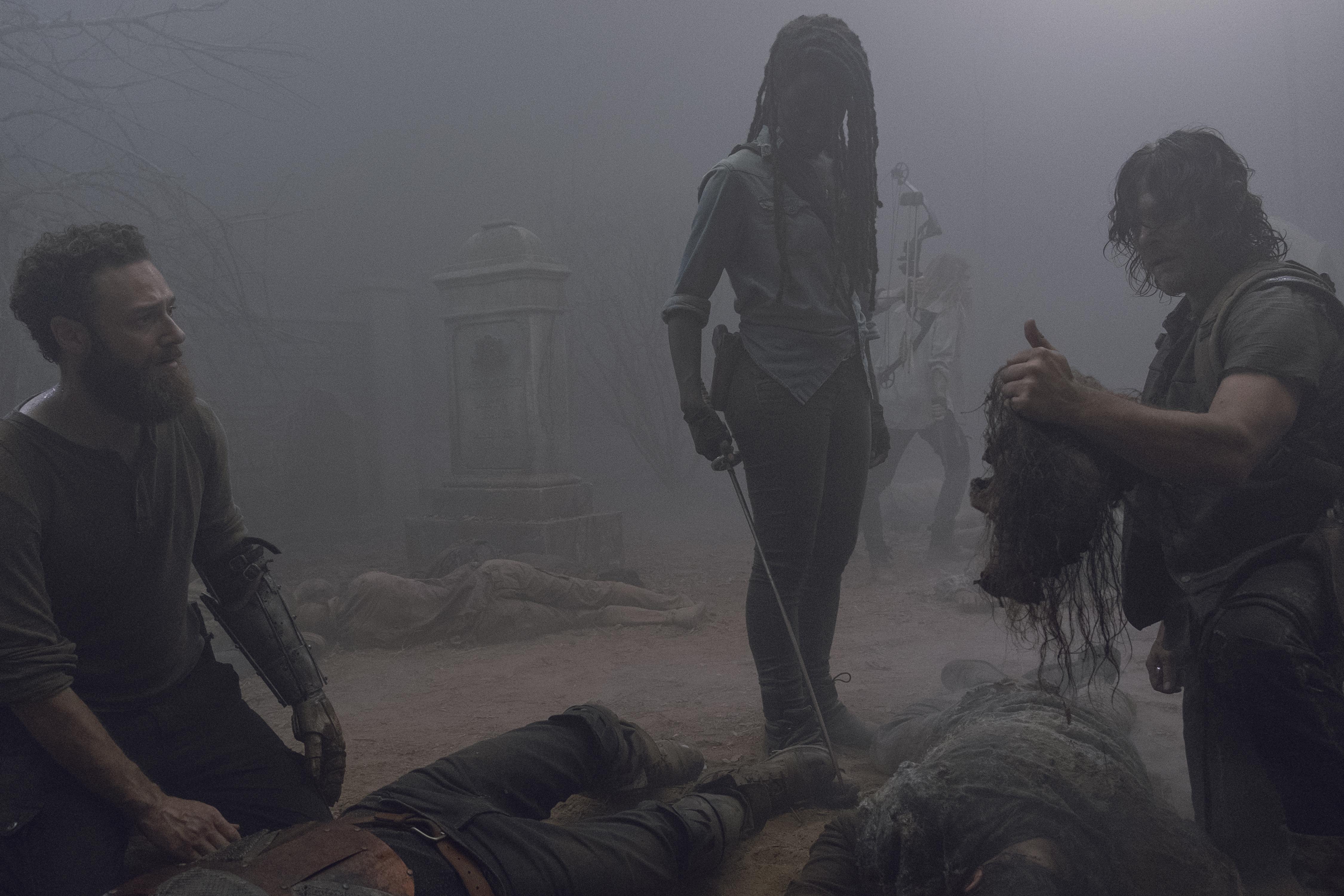 Daryl Dixon (Norman Reedus), Michonne (Danai Gurira), Aaron (Ross Marquand) peinent à comprendre comment des marcheurs ont pu s'armer et tuer leur ami Paul 'Jesus' Rovia (Tom Payne) - The Walking Dead - Saison 9, Épisode 8 - Crédit photo : Gene Page/AMC