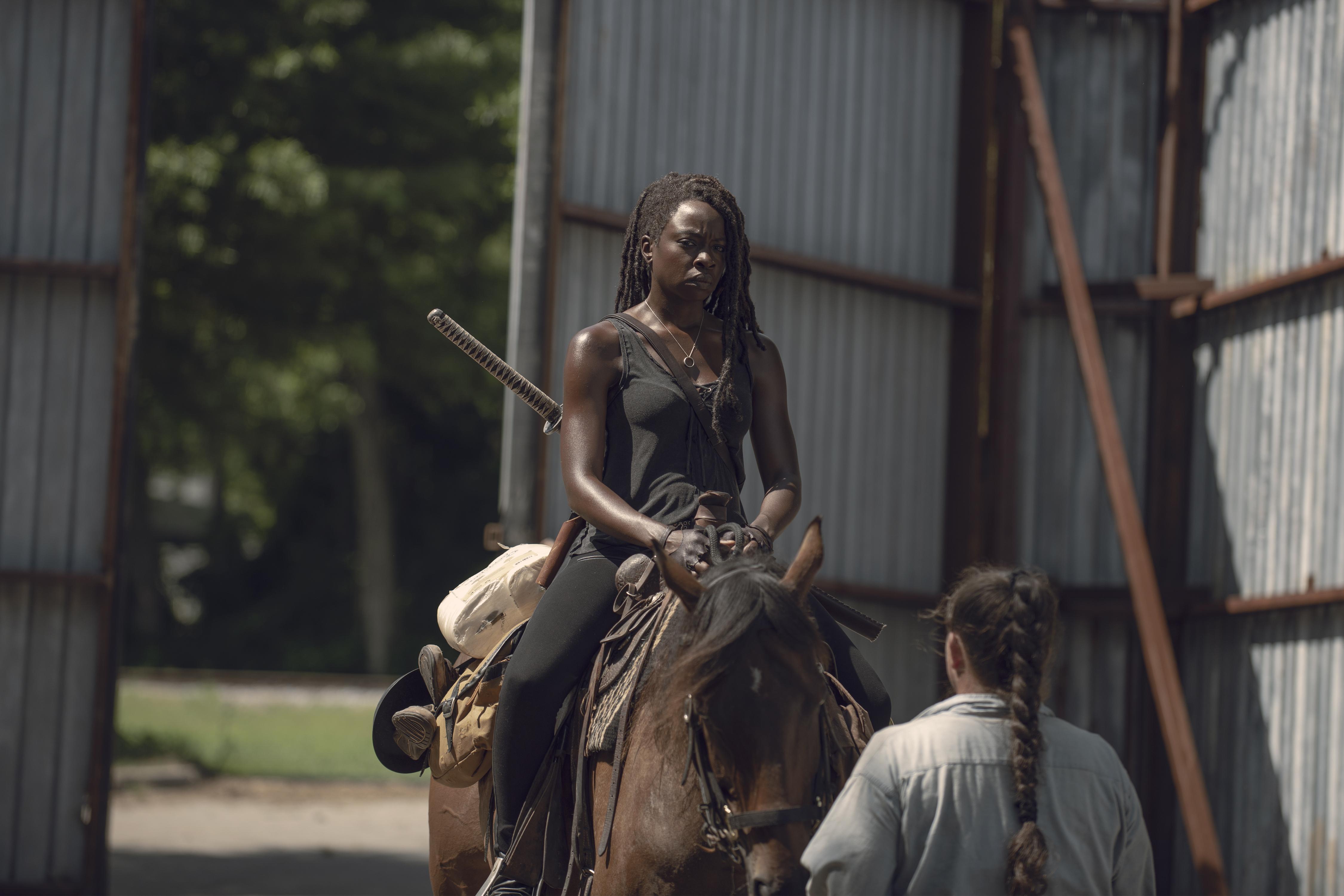 Michonne (Danai Gurira) n'est pas heureuse de la venue des étrangers. - The Walking Dead - Saison 9, Épisode 6 - Crédit photo : Gene Page/AMC