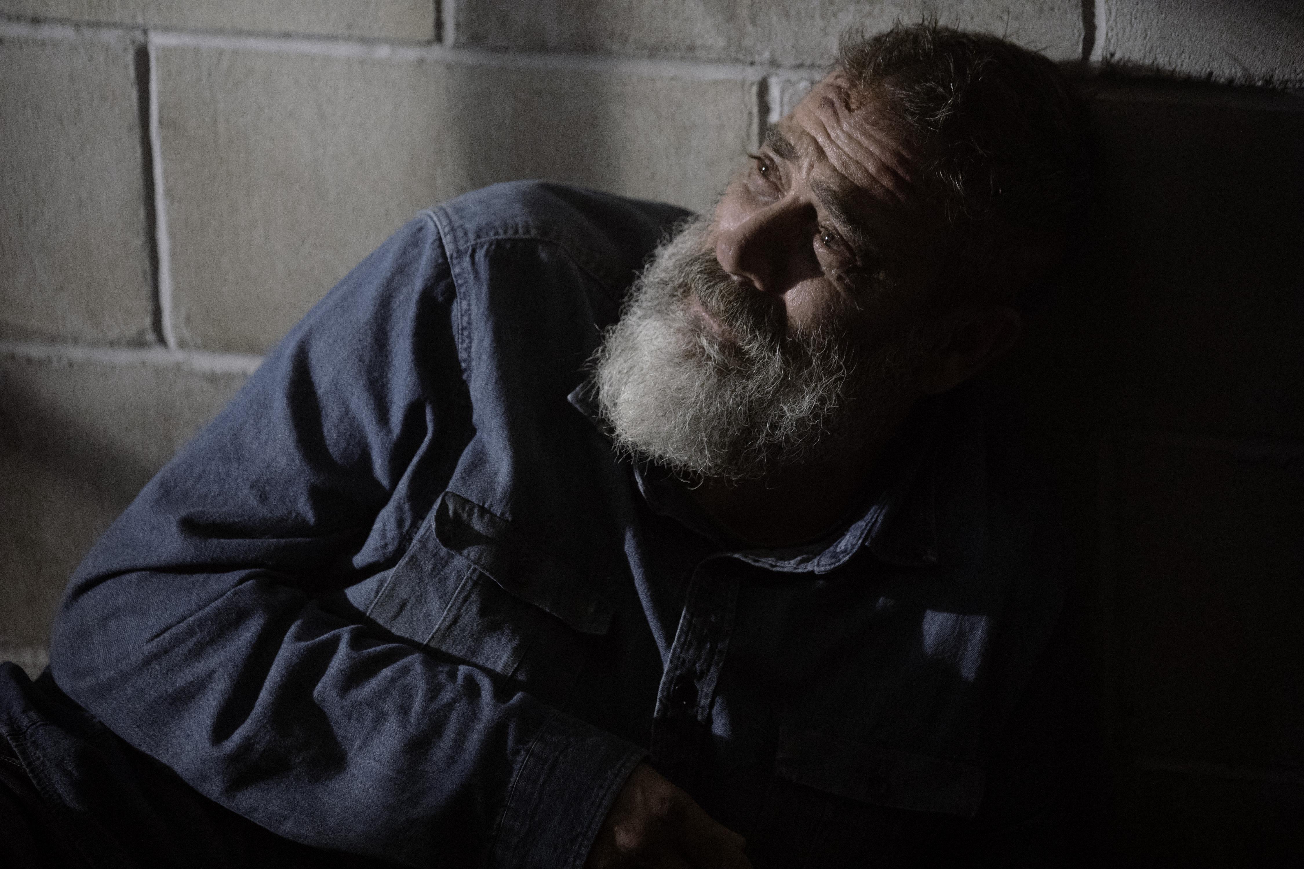 Brisé, Negan (Jeffrey Dean Morgan) n'est plus que l'ombre de lui-même - The Walking Dead - Saison 9, Épisode 5 - Crédit Photo : Jackson Lee Davis/AMC