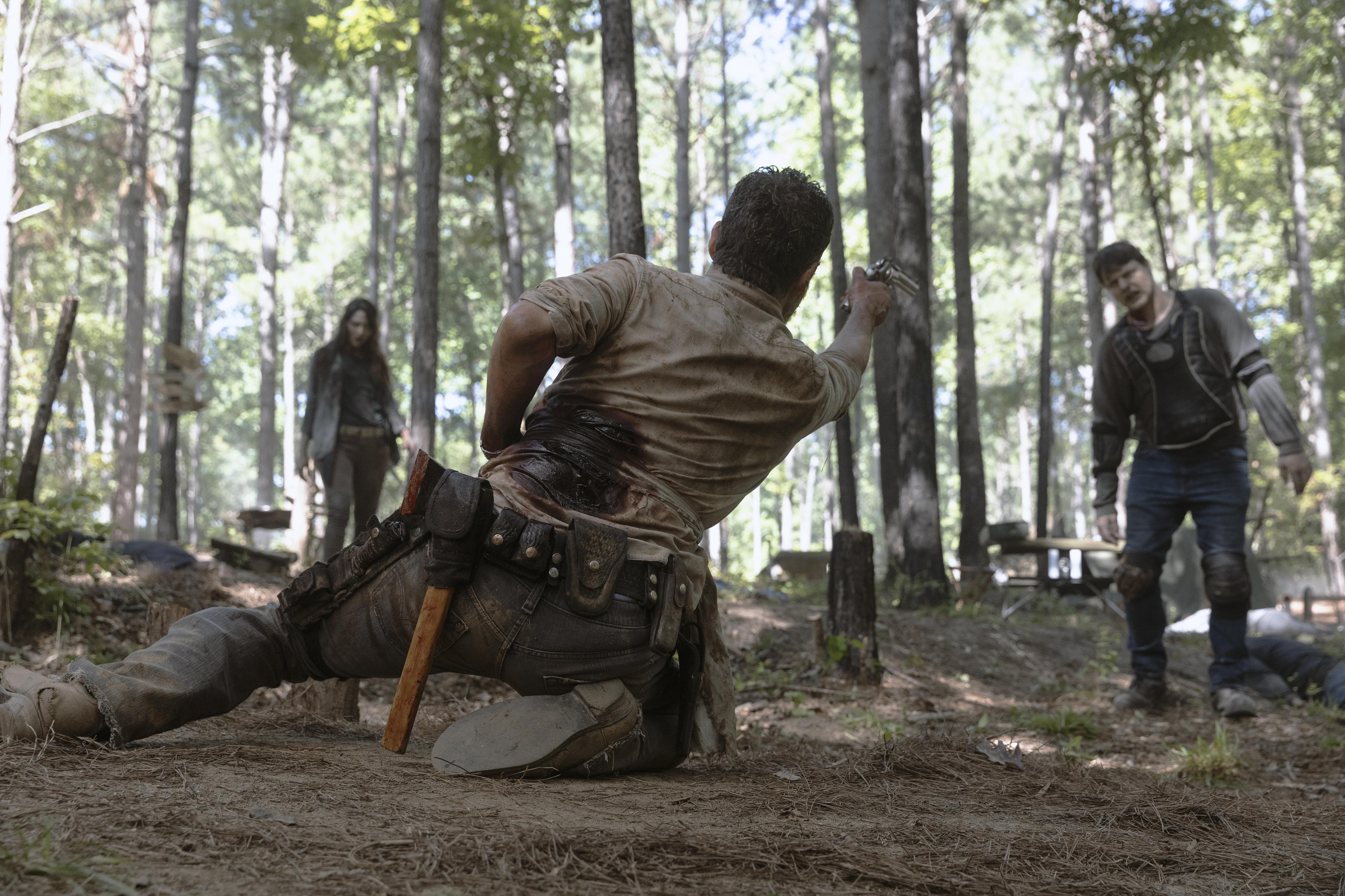 Rick Grimes (Andrew Lincoln) arrive à peine à se défendre des marcheurs - The Walking Dead - Saison 9, Épisode 5 - Crédit photo : Jackson Lee Davis/AMC