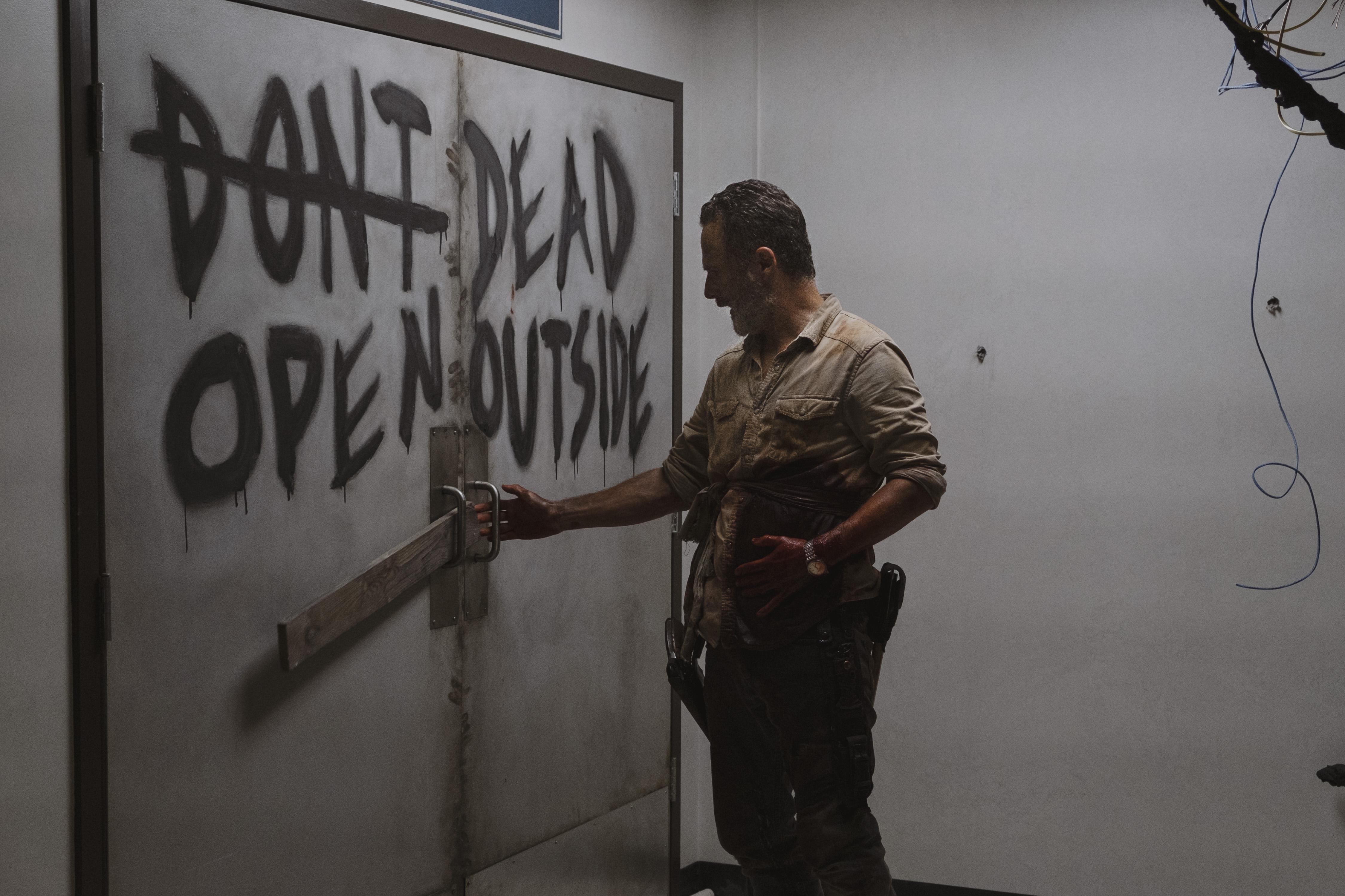 Rick Grimes (Andrew Lincoln) est aux portes de la mort et utilise ses dernières forces pour détourner la horde des colonies - The Walking Dead - Saison 9, Épisode 5 - Crédit photo : Gene Page/AMC