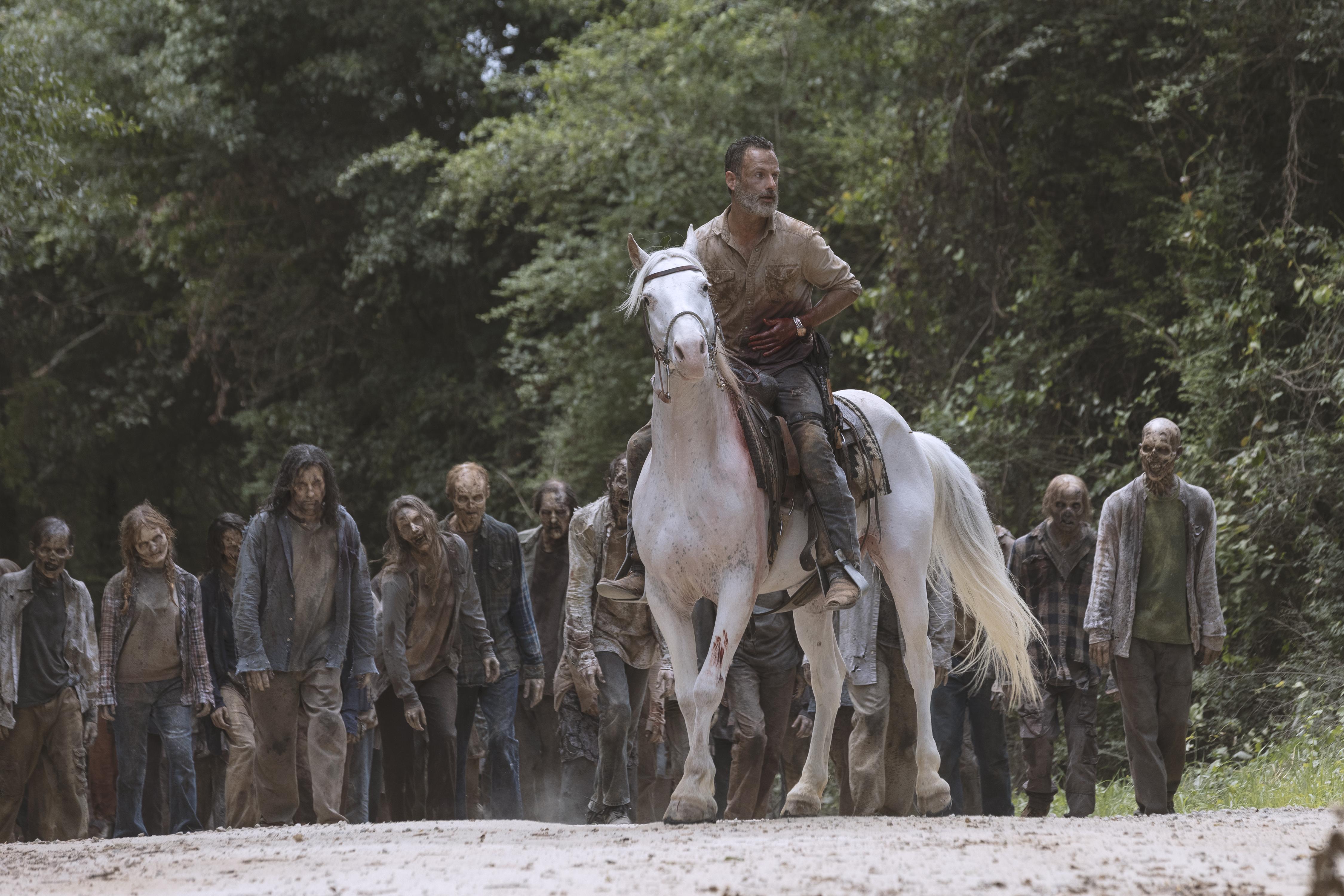 Blessé gravement, Rick Grimes (Andrew Lincoln) doit toujours mener la horde à l'écart des colonies... - The Walking Dead - Saison 9, Épisode 5 - Crédit photo: Jackson Lee Davis/AMC