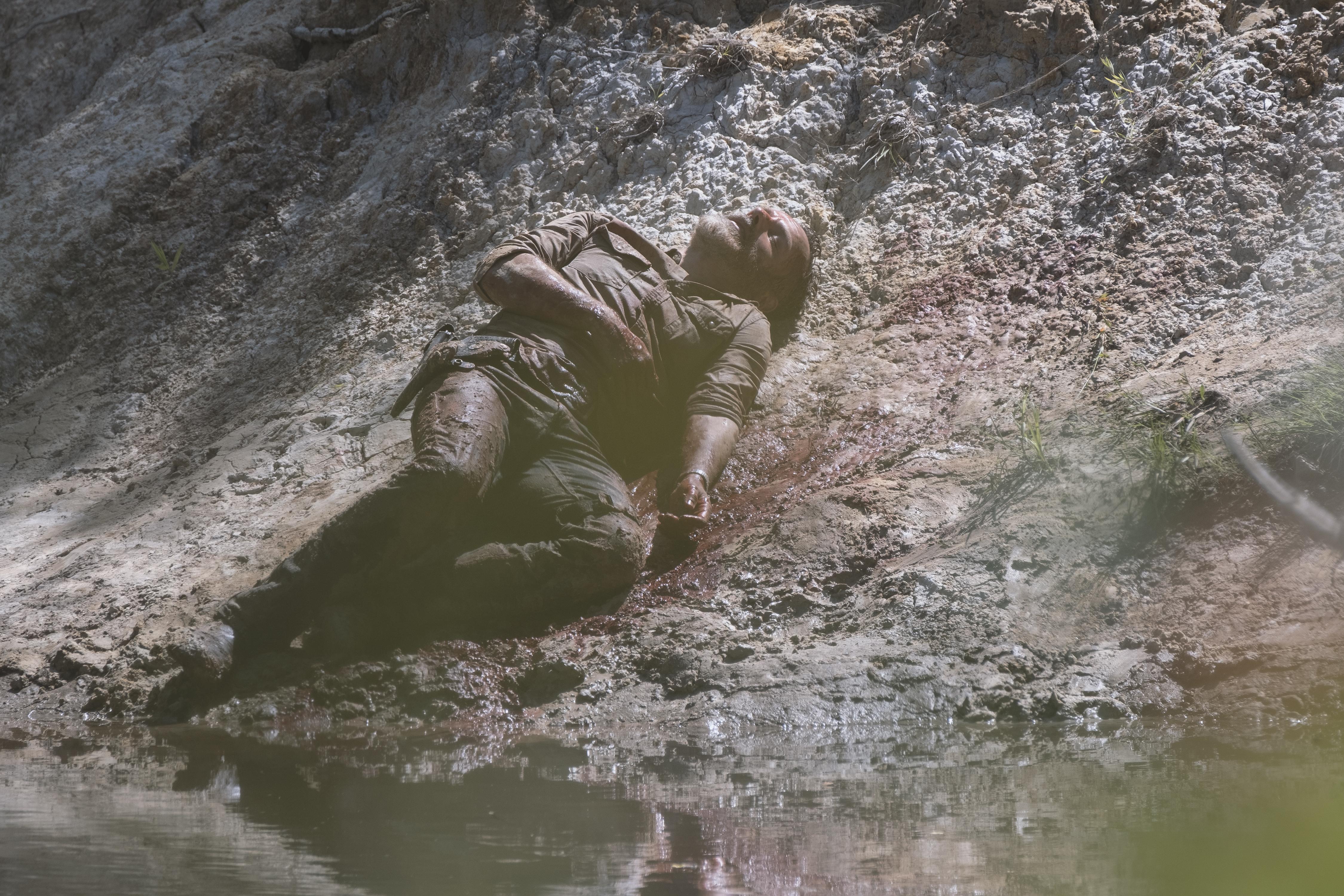 La volonté de fer de Rick Grimes (Andrew Lincoln) lui permet de survivre à l'explosion, de sauver les colonies et de se hisser sur la berge où il perd conscience. - The Walking Dead - Saison 9, Épisode 5 - Crédit photo : Jackson Lee Davis/AMC