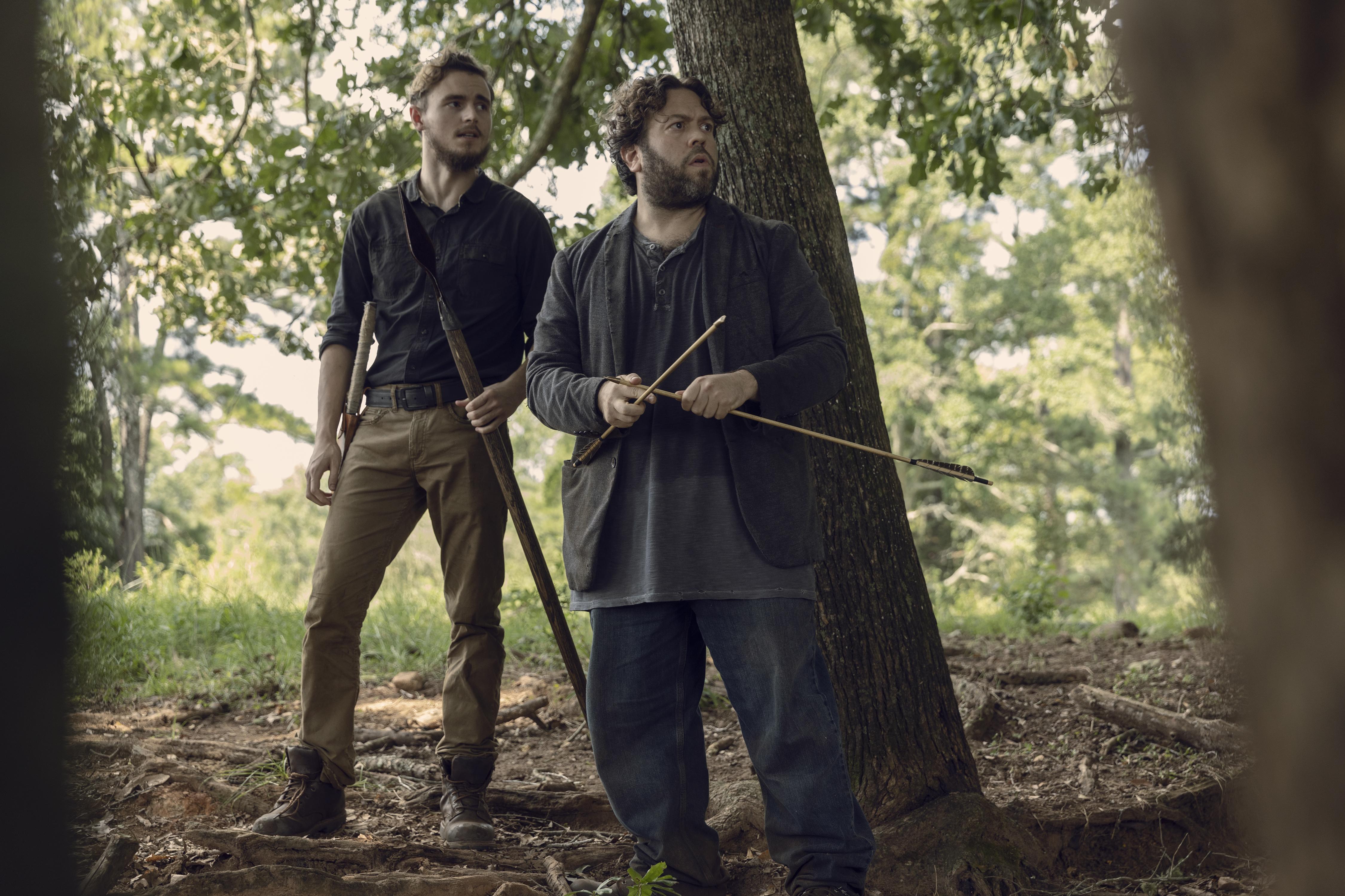 Luke (Dan Fogler) et Alden (Callan McAuliffe) se retrouvent dans le pétrin... - The Walking Dead - Saison 9, Épisode 9 - Crédit Photo : Jackson Lee Davis/AMC