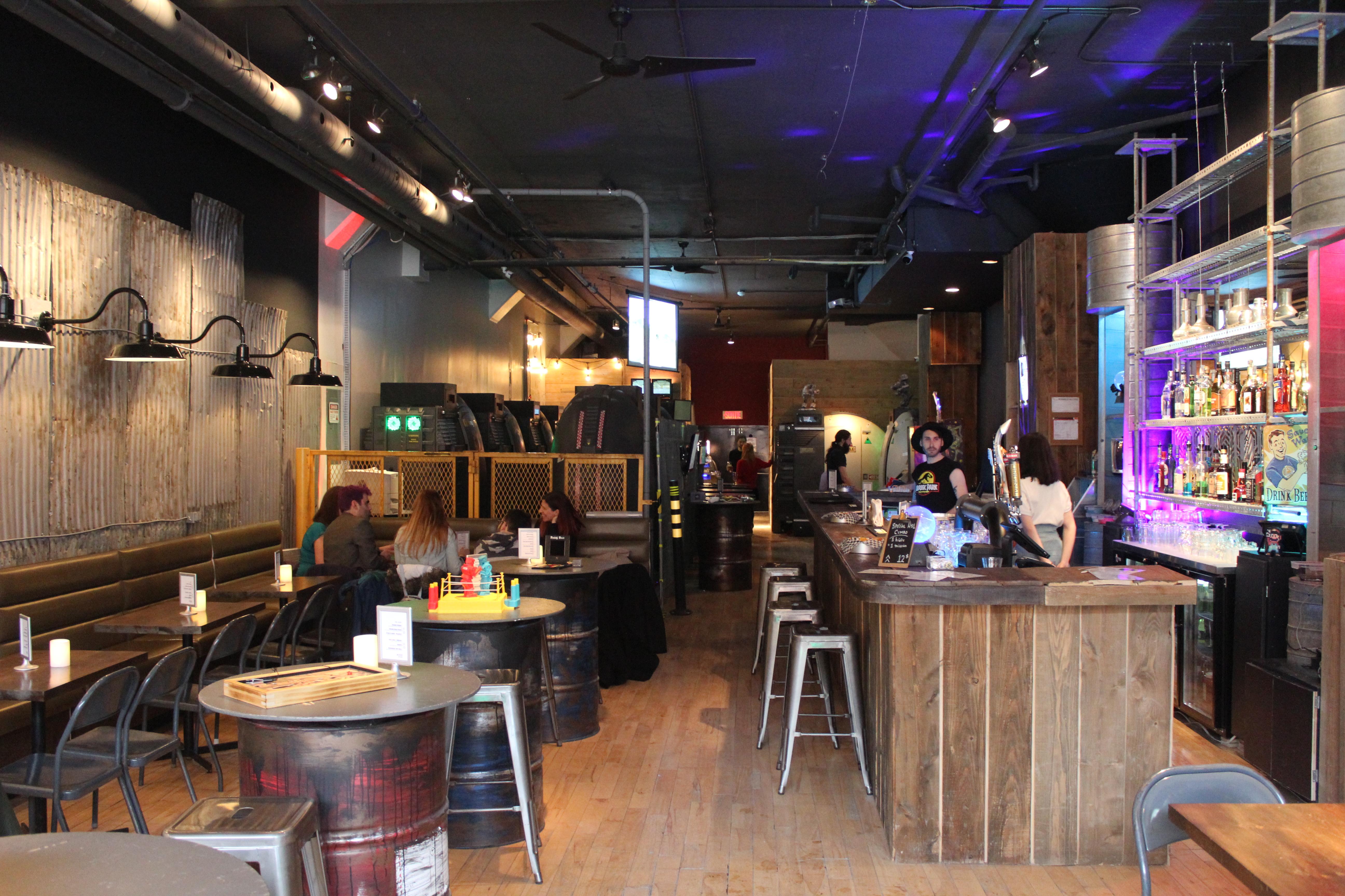 La section bar offre aux clients une vaste sélection de boissons, ainsi que plusieurs jeux de société à essayer