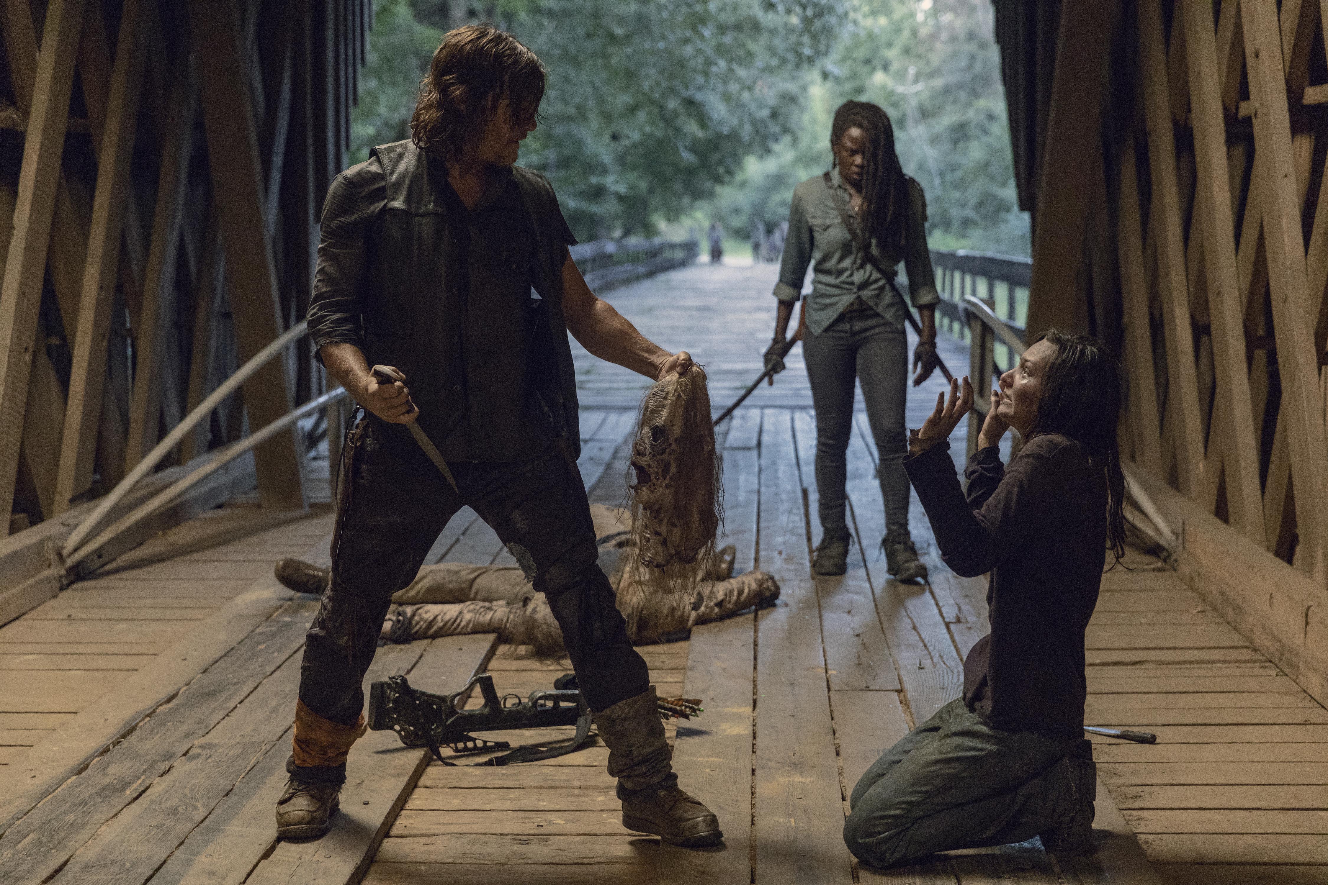 Daryl Dixon (Norman Reedus) et Michonne (Danai Gurira) coincent Lydia (Cassady McClincy) - The Walking Dead - Saison 9, Épisode 9 - Crédit Photo : Jackson Lee Davis/AMC