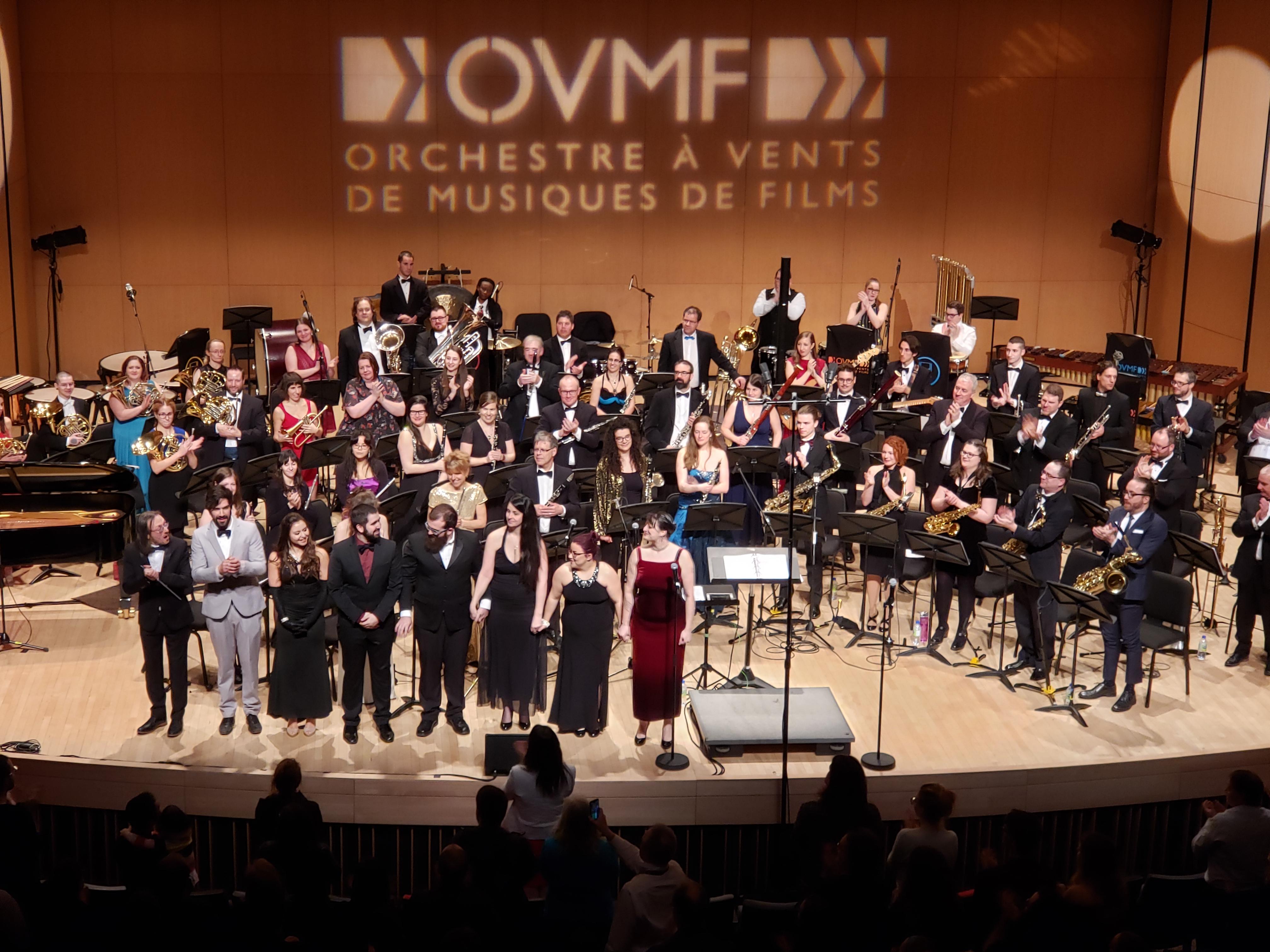 Les spectateurs ont longuement applaudi l'orchestre et les solistes.
