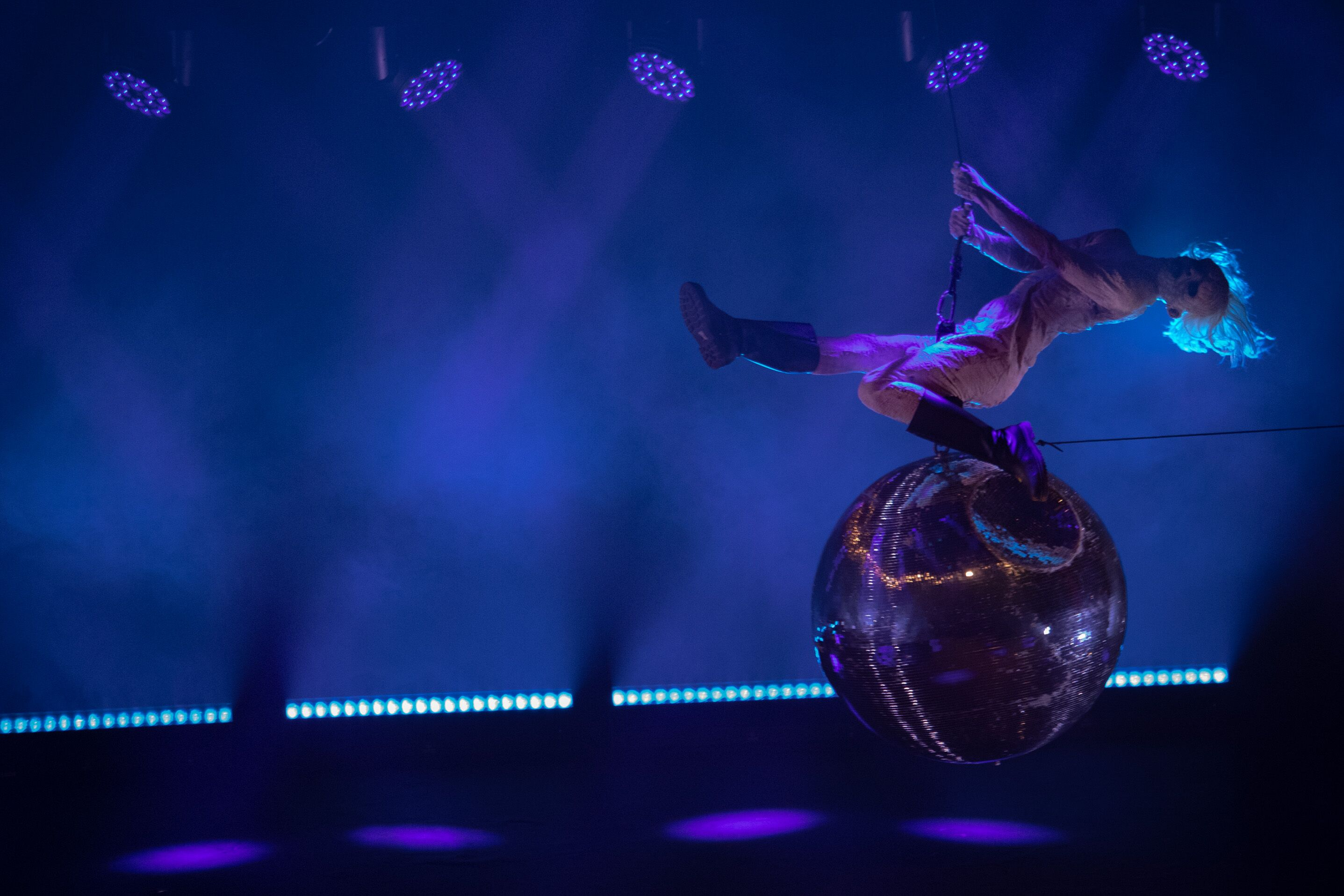 """Un moment d'humour très réussi fût l'Empereur et son interprétation de """"Wrecking Ball"""" par Myley Cyrus"""