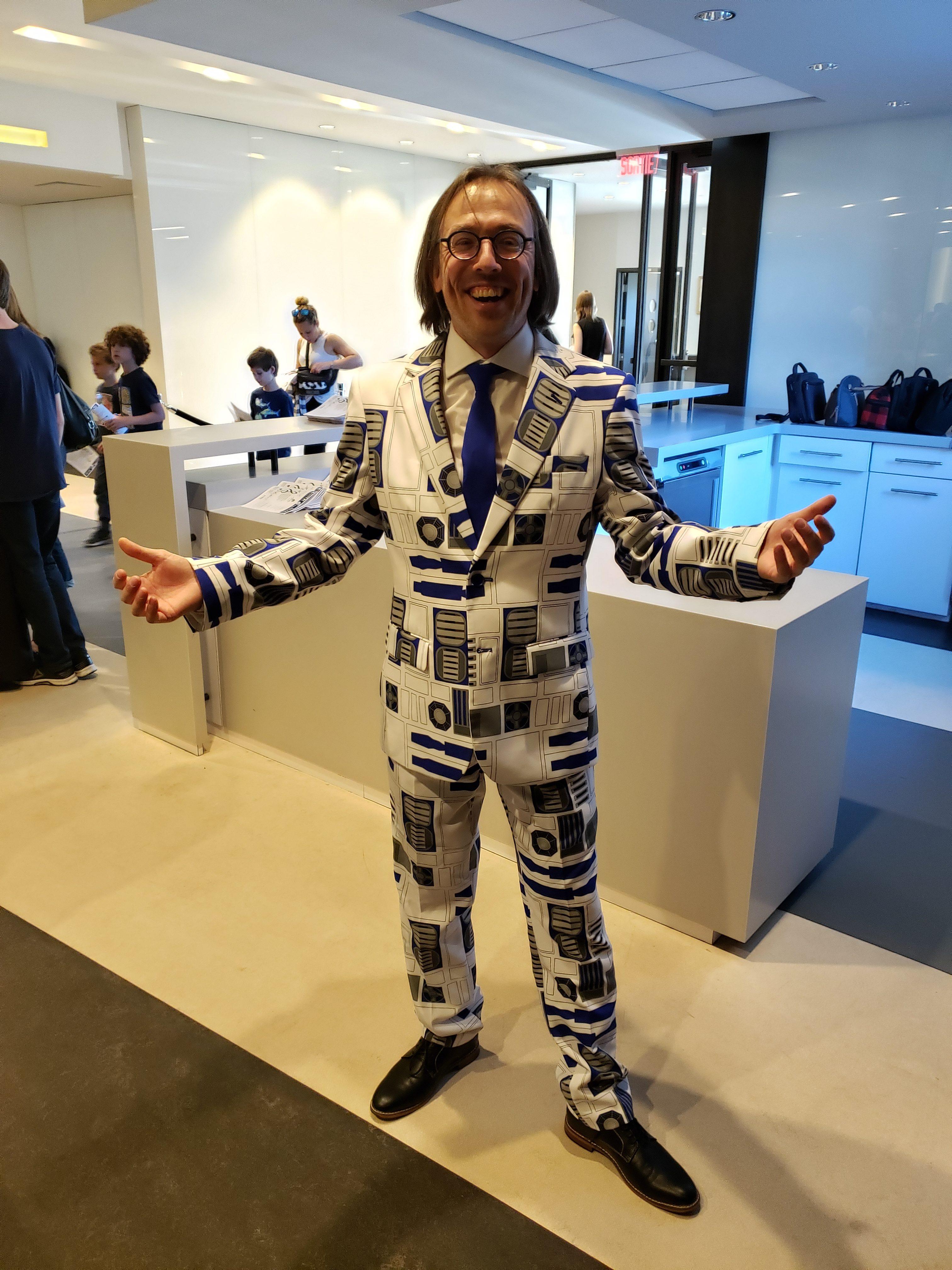 Le chef d'orchestre n'aurait pu avoir choisi un meilleur costume pour diriger son orchestre!