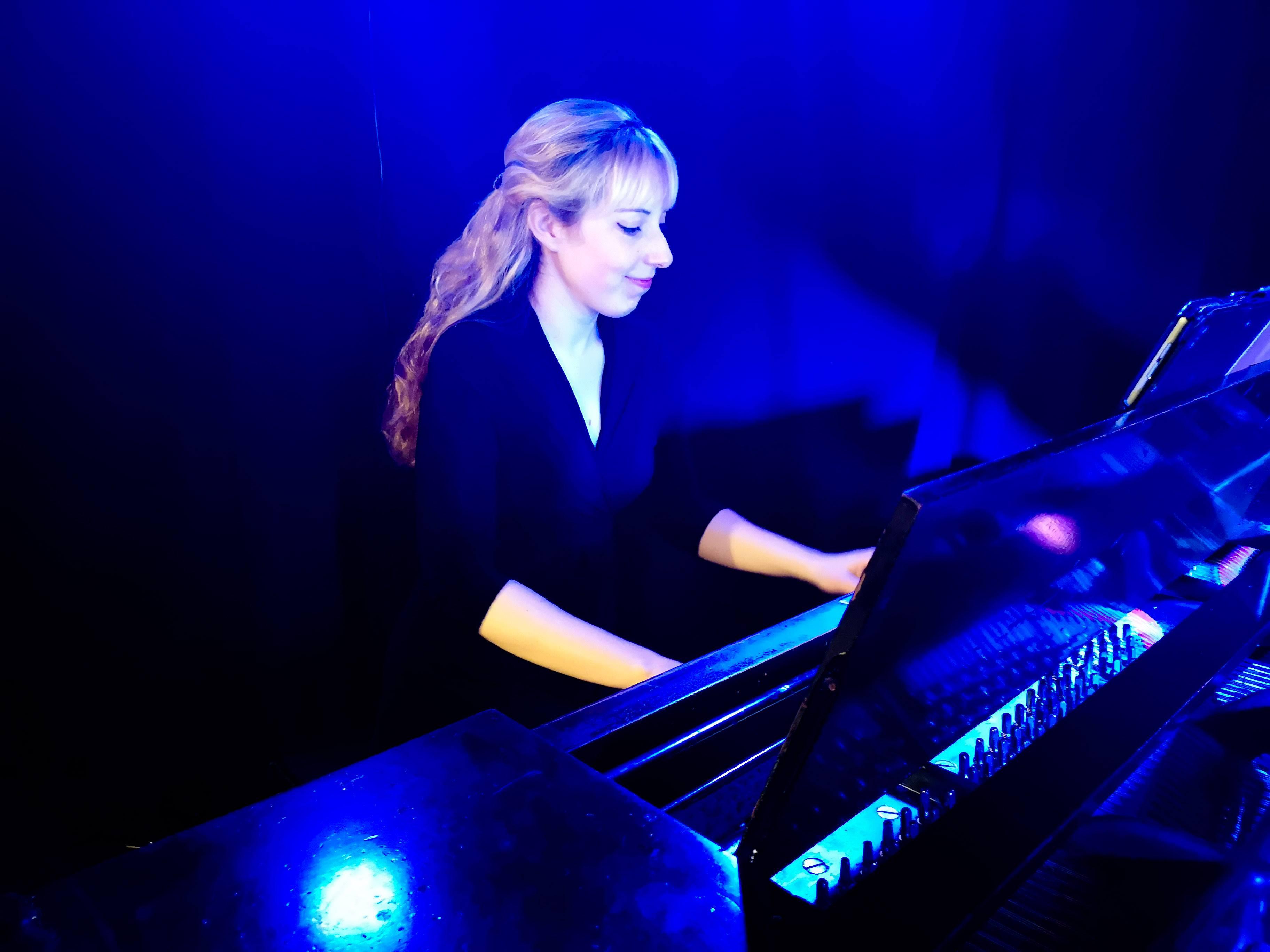 Laurence a donné un concert le 4 juin dernier au Résonance Café pour le lancement de son album