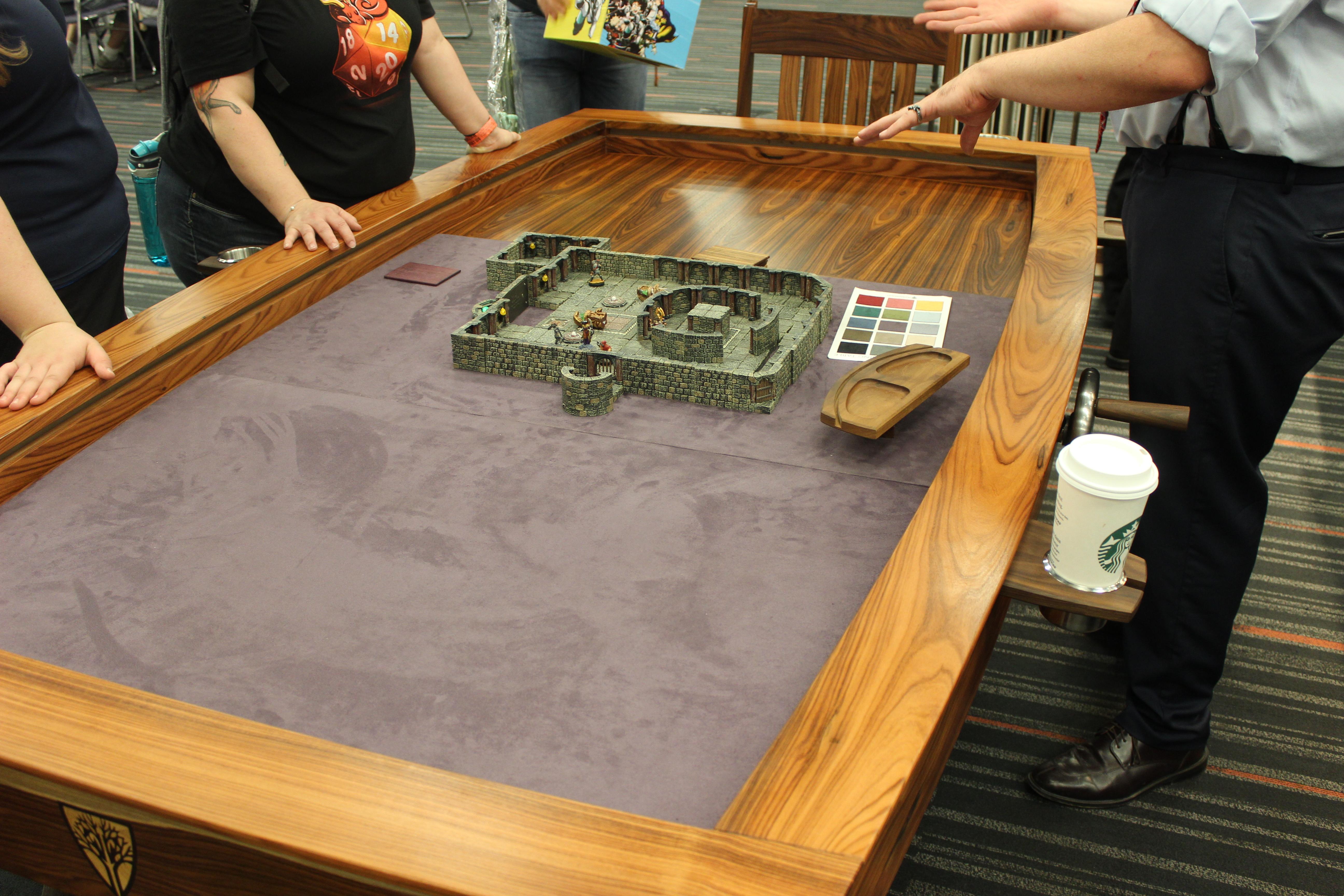 La table de jeu est modulable et est construite sur mesure.