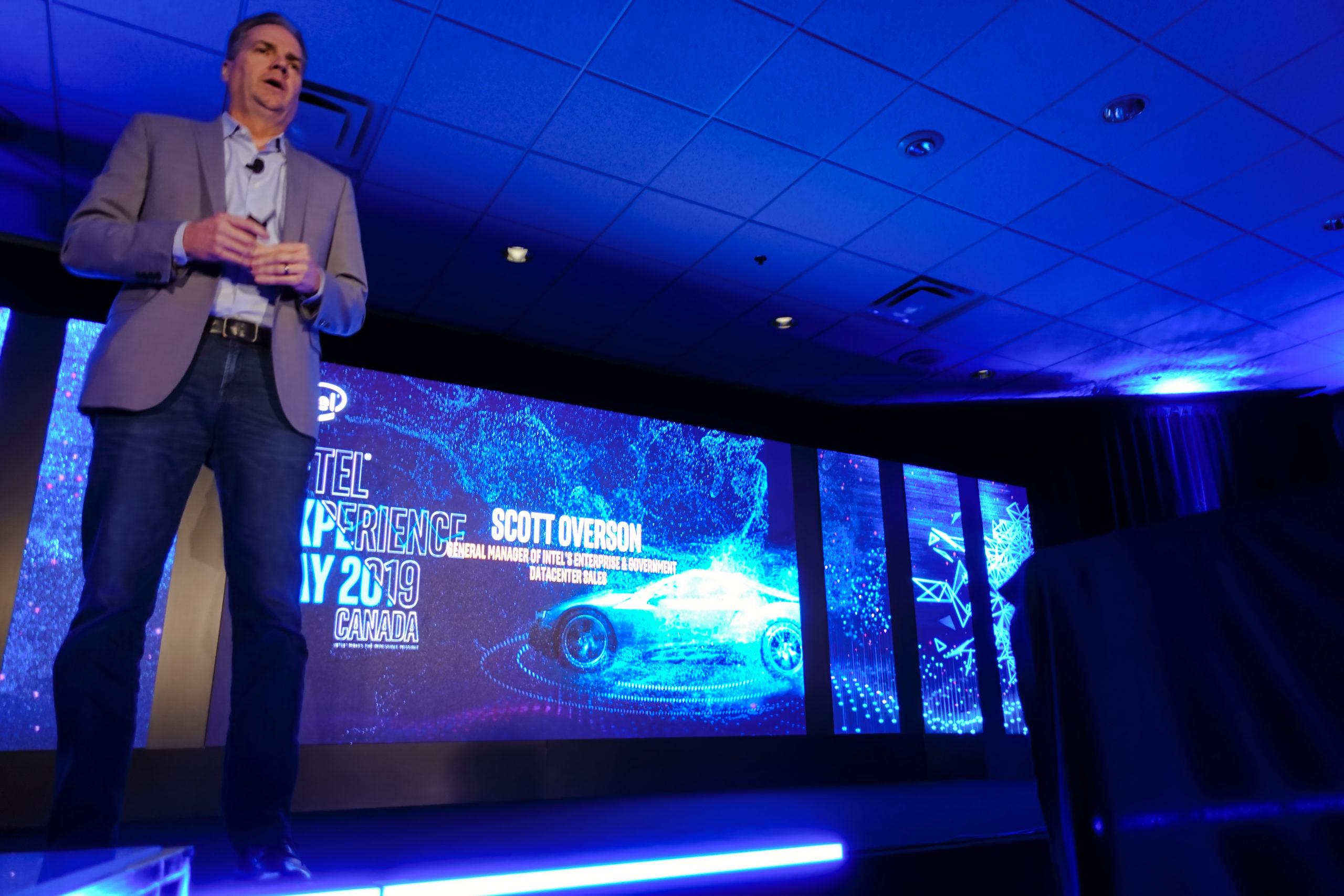 Scott Overson, directeur général des ventes de centres de données pour entreprises et gouvernements d'Intel lors du Intel Experience Day 2019. Photo : Eric Martel | Sony RX100M5