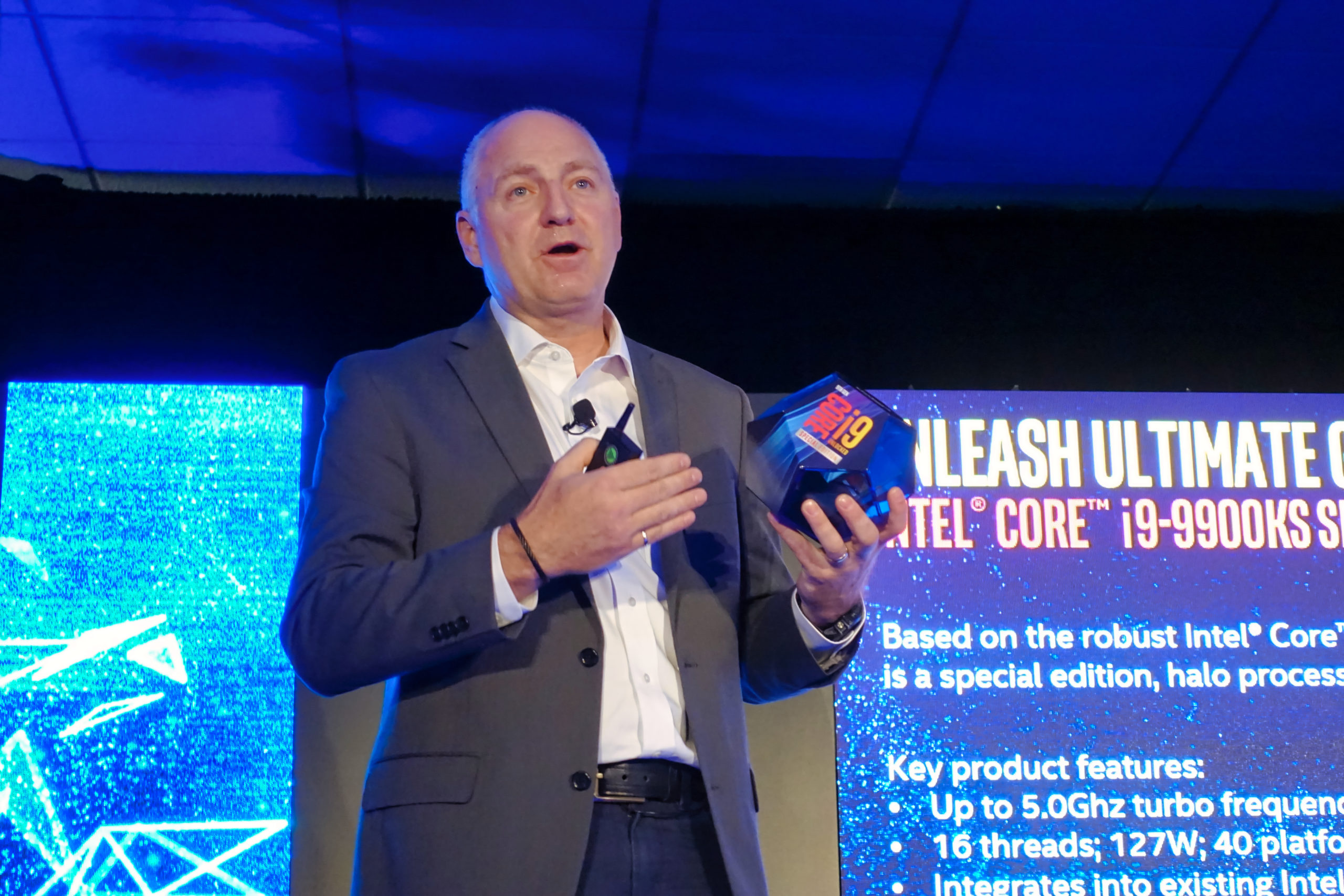 Denis Gaudreault, Canada Country Manager pour Intel avec le tout nouveau processeur Core i9-9900KS lors du Intel Experience Day 2019. Photo : Eric Martel | Sony RX100M5
