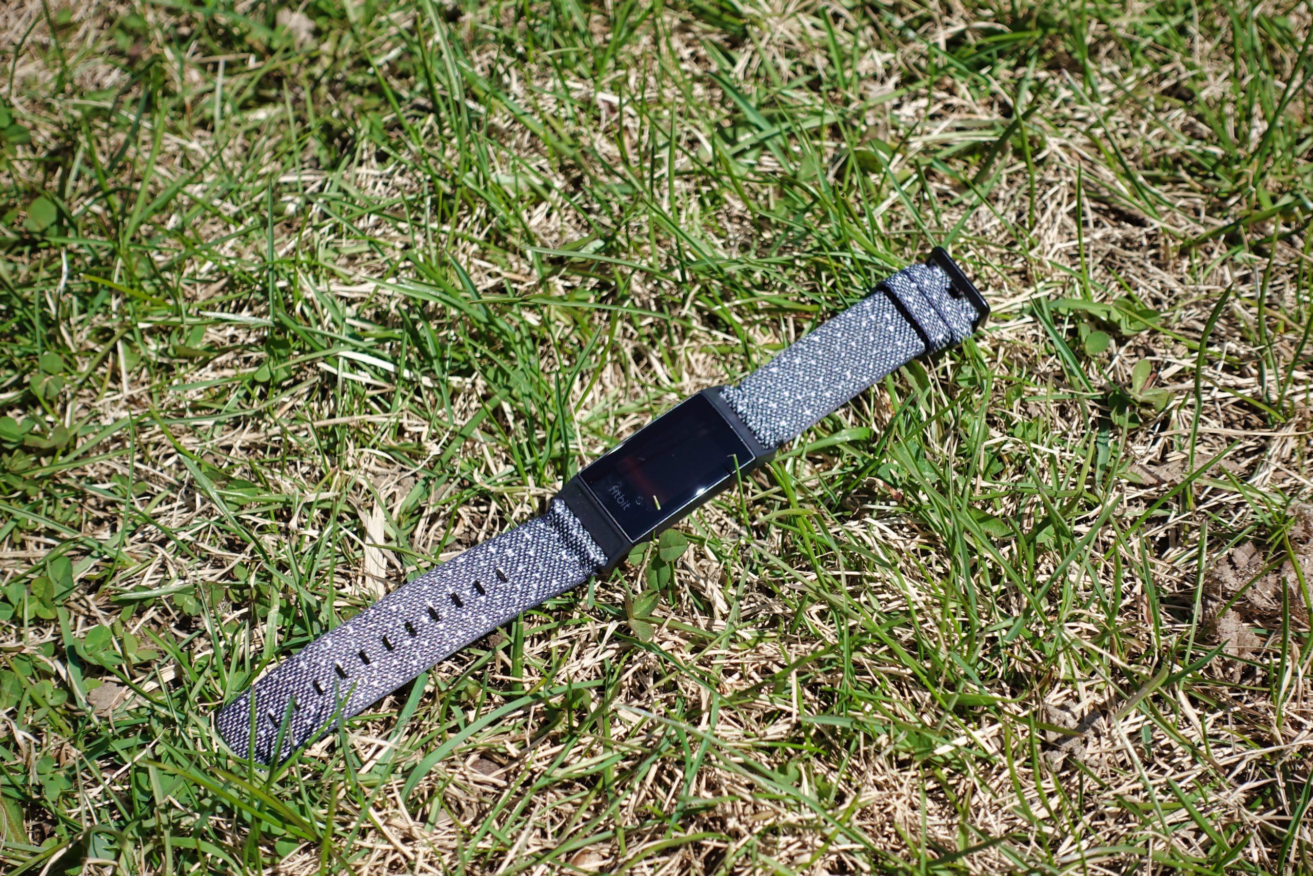 Fitbit Charge 4 Édition Spéciale avec son bracelet tissé.