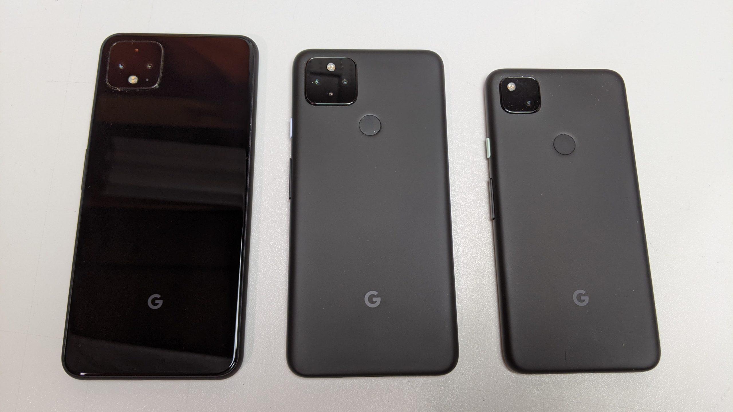 Pixel 4a 5G (au centre) avec Pixel 4 XL (à gauche) et Pixel 4a (à droite)