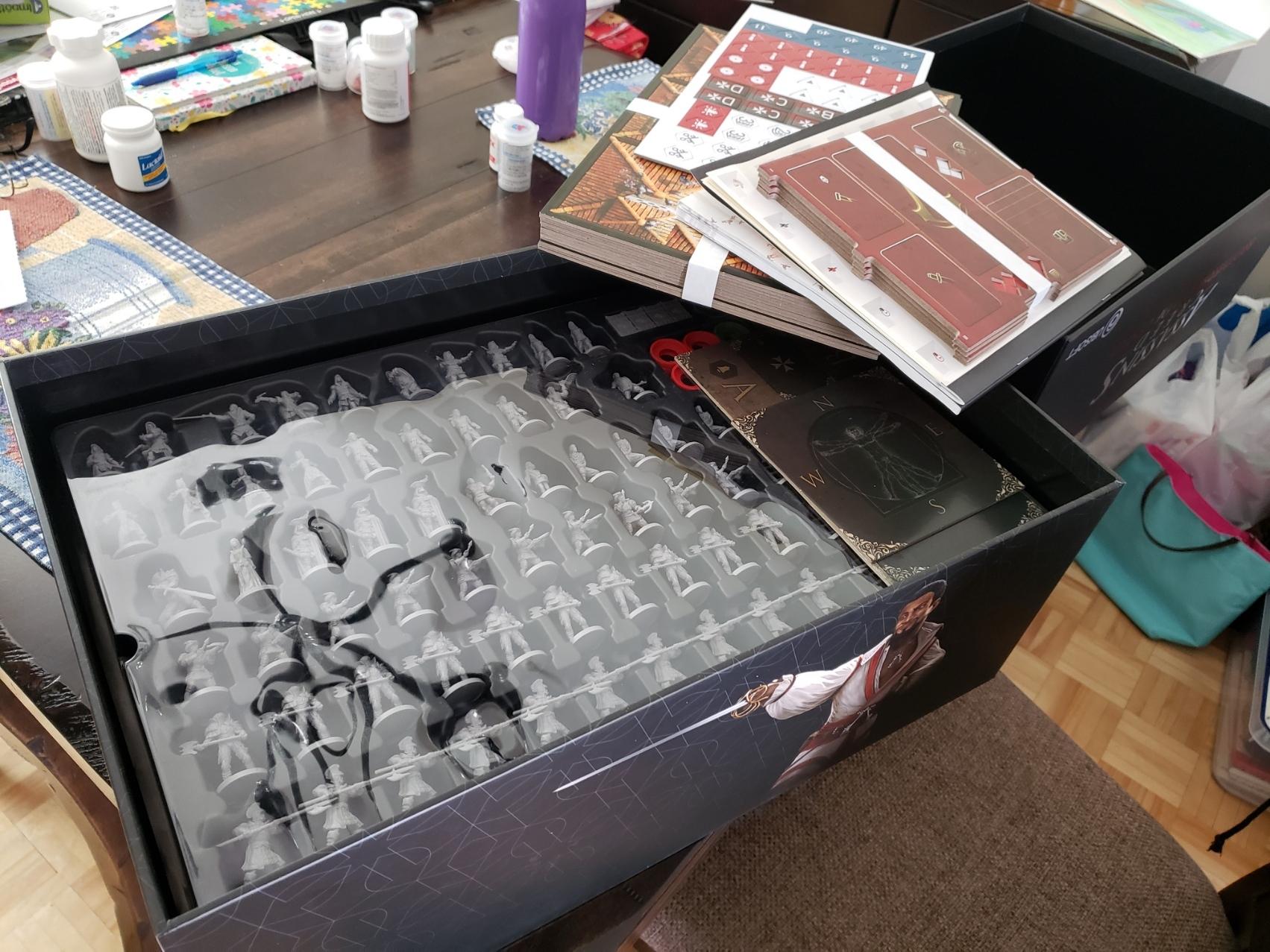 Accéder au contenu de la boîte est facilité par trois plateaux de plastique pratiques