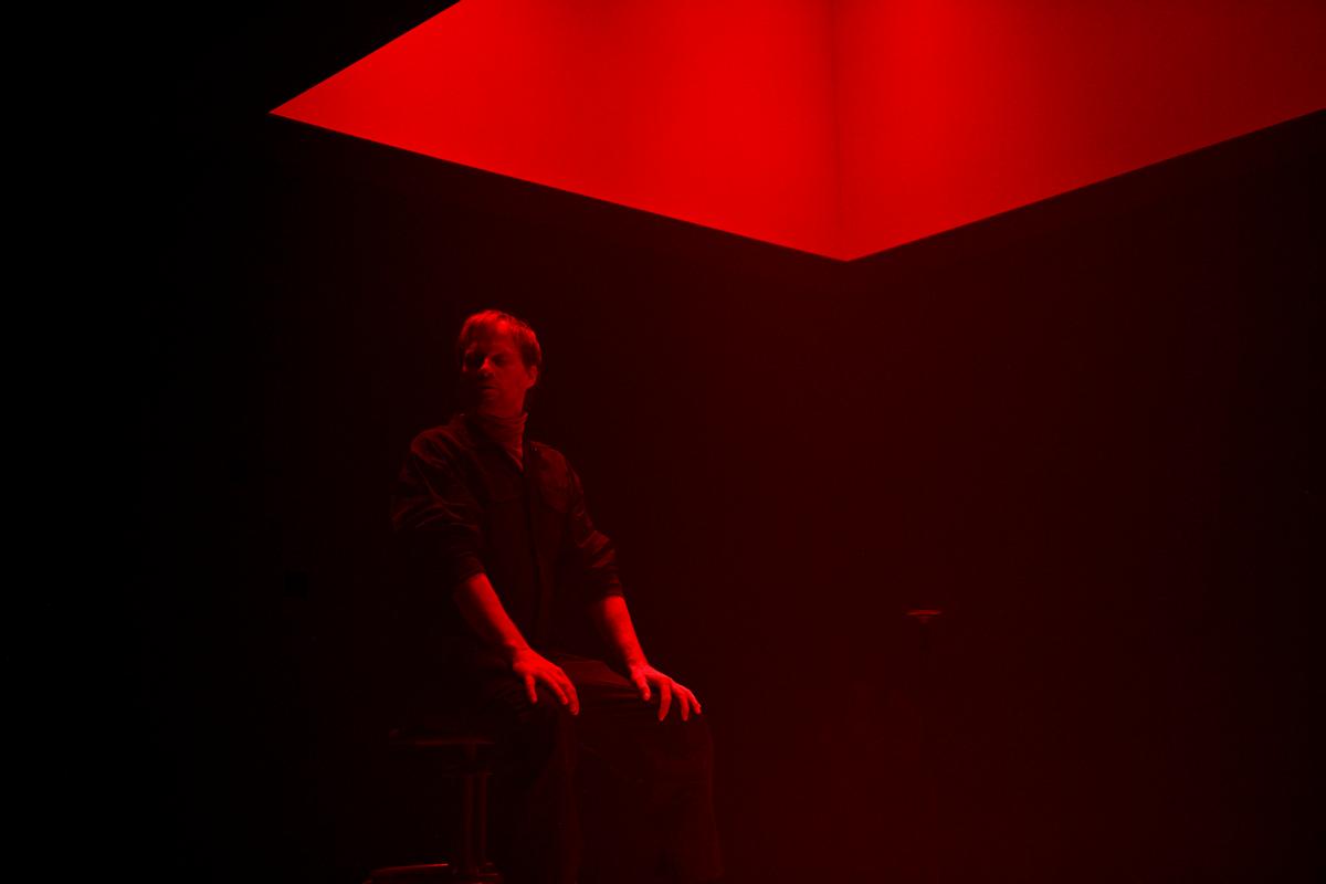 David Boutin tient une bonne partie de la pièce sur ses épaules alors qu'il est seul sur scène
